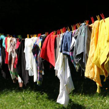 Oblačila, ki vsebujejo umetna vlakna, ogrožajo svetovna morja.
